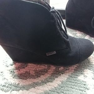 Bongo black wedge shoe